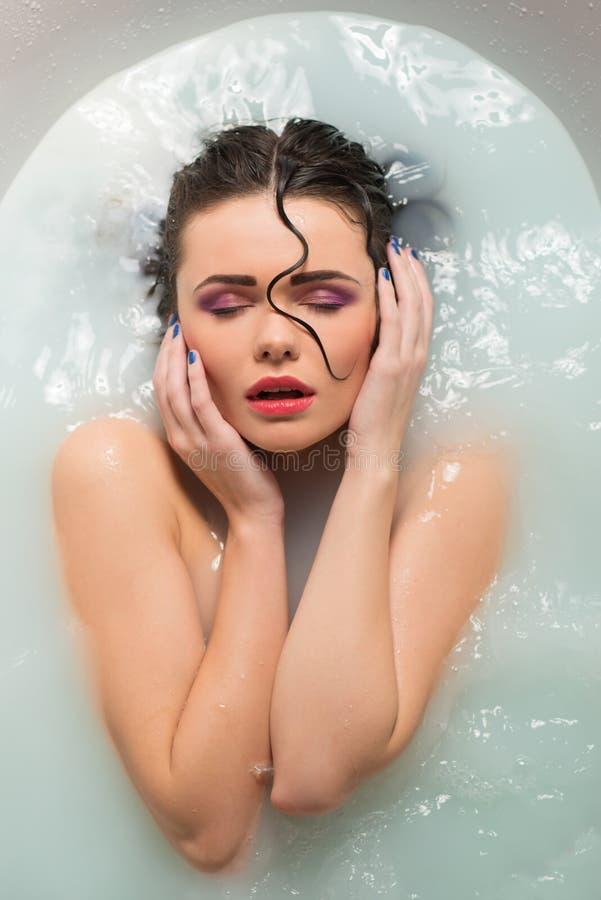Schönes Mädchen im Badezimmer lizenzfreies stockfoto