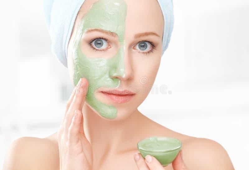Schönes Mädchen im Badezimmer und Maske für Gesichtshautpflege lizenzfreie stockbilder