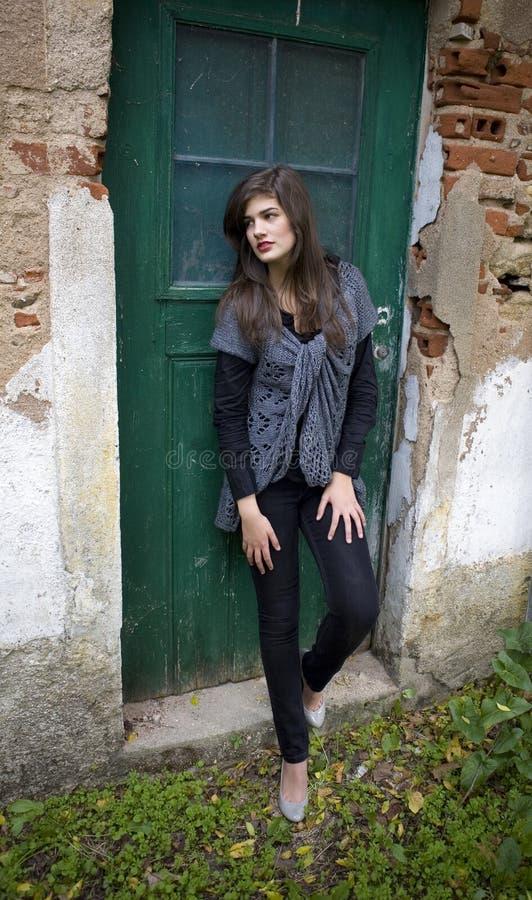 Schönes Mädchen im Bauernhof stockbild