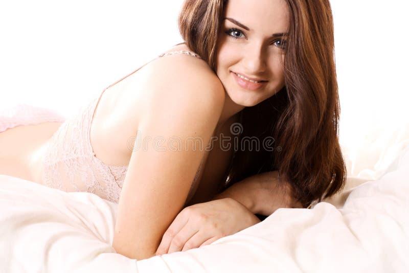 Schönes Mädchen im Bett lizenzfreie stockbilder