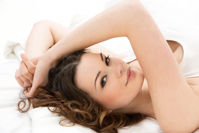 Schönes Mädchen im Bett stockfotos
