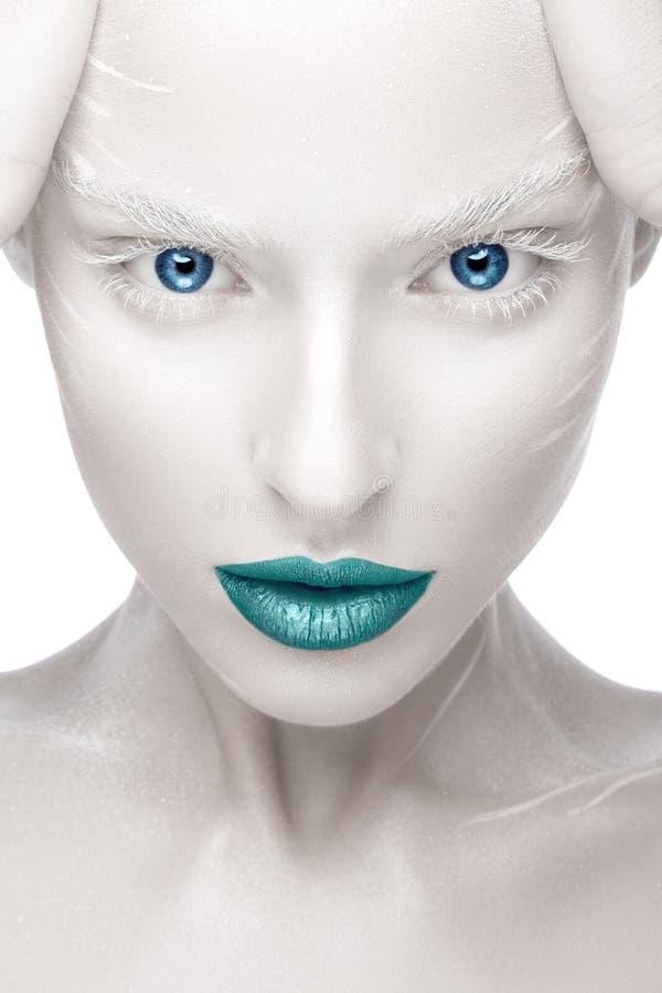 Schönes Mädchen im Bild des Albinos mit den blauen Lippen und den weißen Augen Kunstschönheitsgesicht lizenzfreie stockbilder