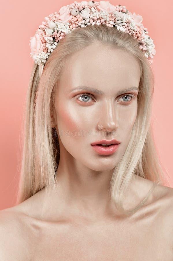 Schönes Mädchen im Blumenkranz lizenzfreie stockfotografie