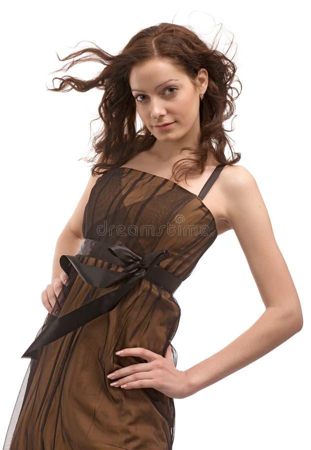 Schönes Mädchen im braunen Kleid stockbild