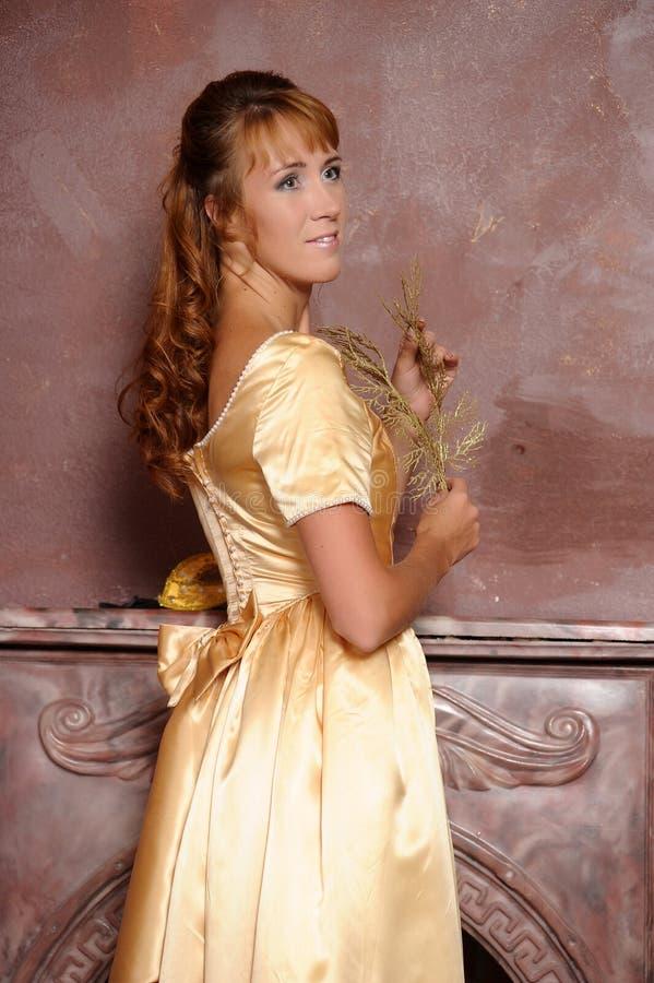 Download Schönes Mädchen Im Goldenen Kleid Stockbild - Bild von schauspielerin, auslegung: 26365507