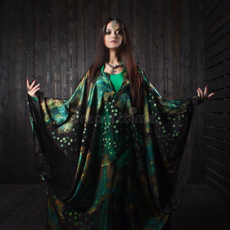 Schönes Mädchen im grünen Kleid, das orientalischen Tanz tanzt stockfotos