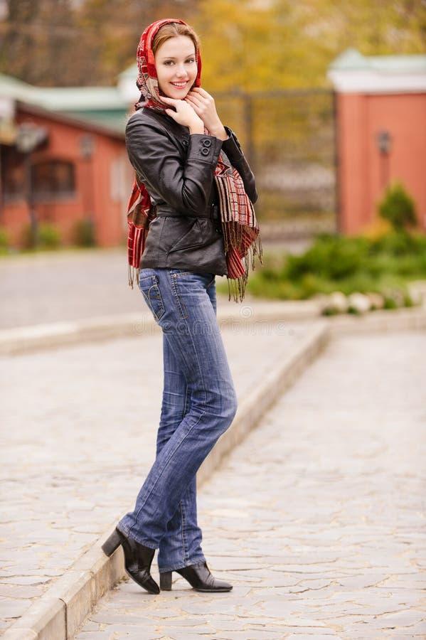 Schönes Mädchen im Herbst stockbild