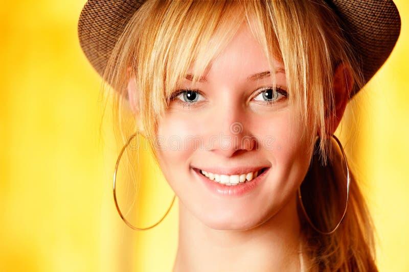 Schönes Mädchen im Hutlächeln lizenzfreie stockfotografie