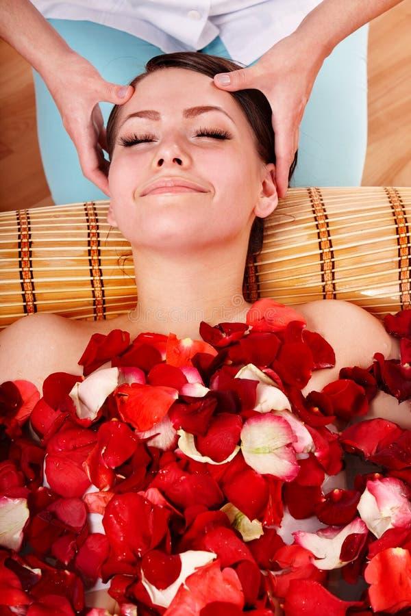 Schönes Mädchen im Jacuzzi mit dem rosafarbenen Blumenblatt. stockfotos
