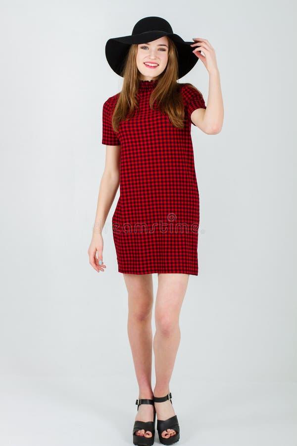 Schönes Mädchen im Kleid und im Hut stockfotografie