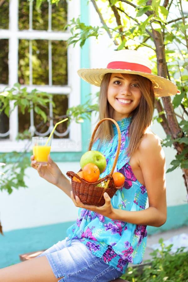 Schönes Mädchen im Land lizenzfreies stockbild
