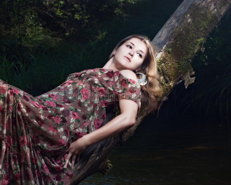 Schönes Mädchen im nationalen Kleid in den Vorderteilen lizenzfreies stockbild