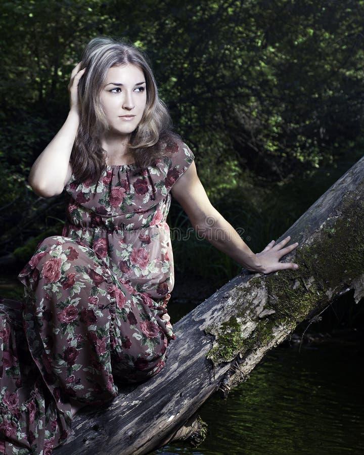 Schönes Mädchen im nationalen Kleid in den Vorderteilen stockfotografie