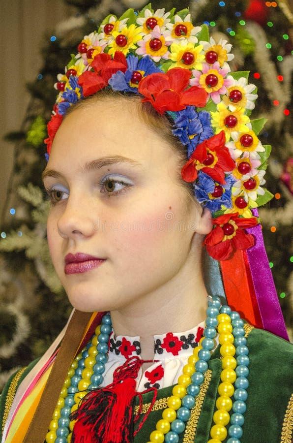 Schönes Mädchen im nationalen ukrainischen Kostüm lizenzfreies stockfoto