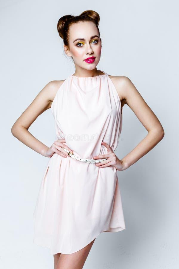 Schönes Mädchen im Pastellrosa-Lichtkleid lizenzfreie stockbilder