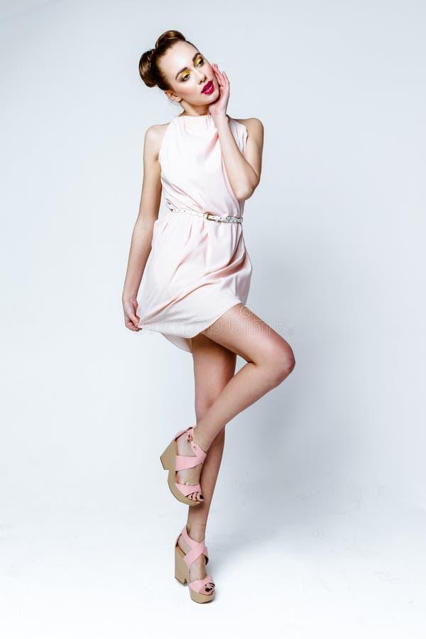 Schönes Mädchen im Pastellrosa-Lichtkleid lizenzfreies stockbild