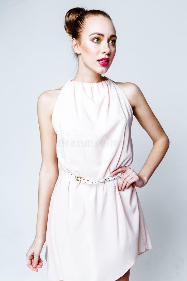 Schönes Mädchen im Pastellrosa-Lichtkleid stockfotografie