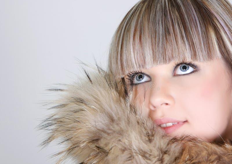 Schönes Mädchen im Pelz lizenzfreies stockbild