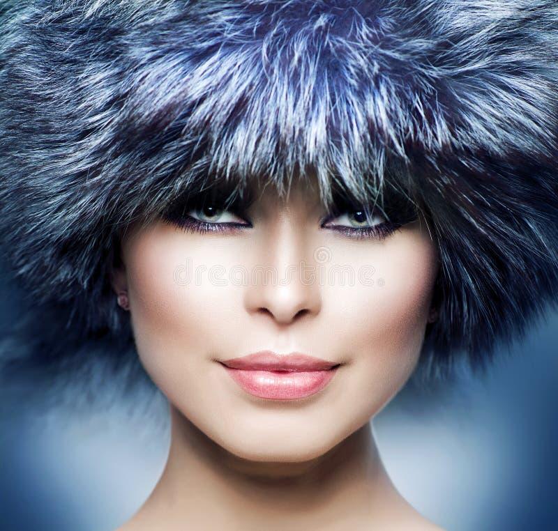 Schönes Mädchen im Pelz-Hut stockfotos