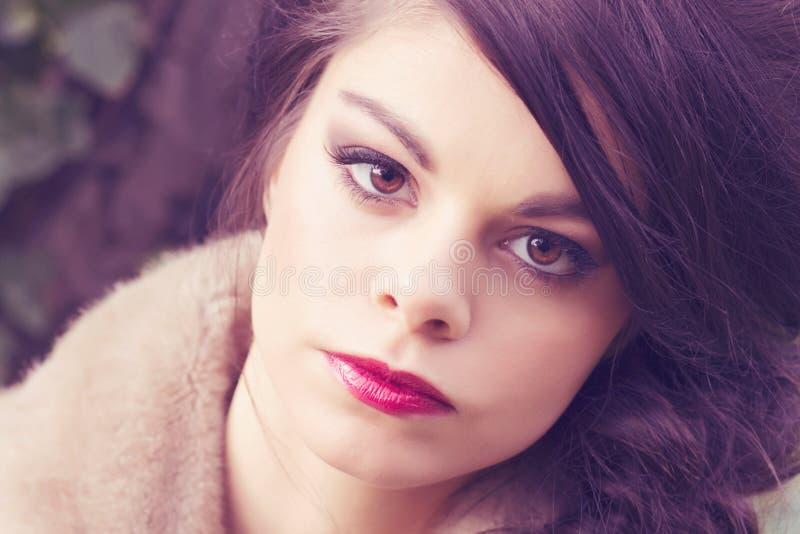 Schönes Mädchen im Pelzmantel stockbild