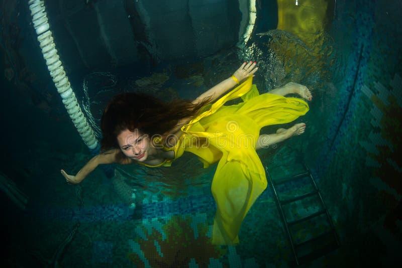 Schönes Mädchen im Pool lizenzfreie stockfotos