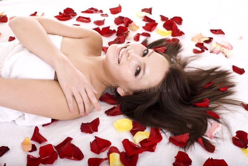 Schönes Mädchen im rosafarbenen Blumenblatt. stockfotos