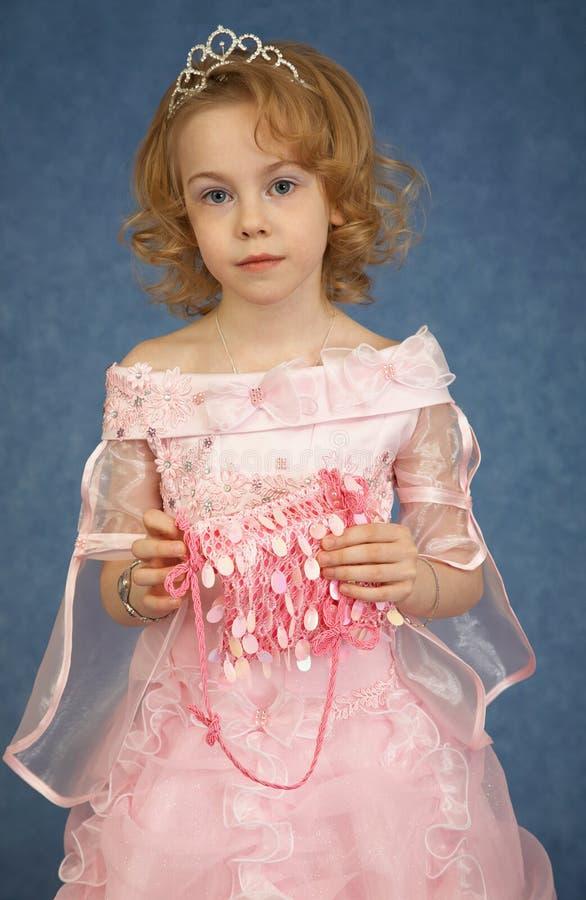 Schönes Mädchen im rosafarbenen Kleid lizenzfreies stockfoto