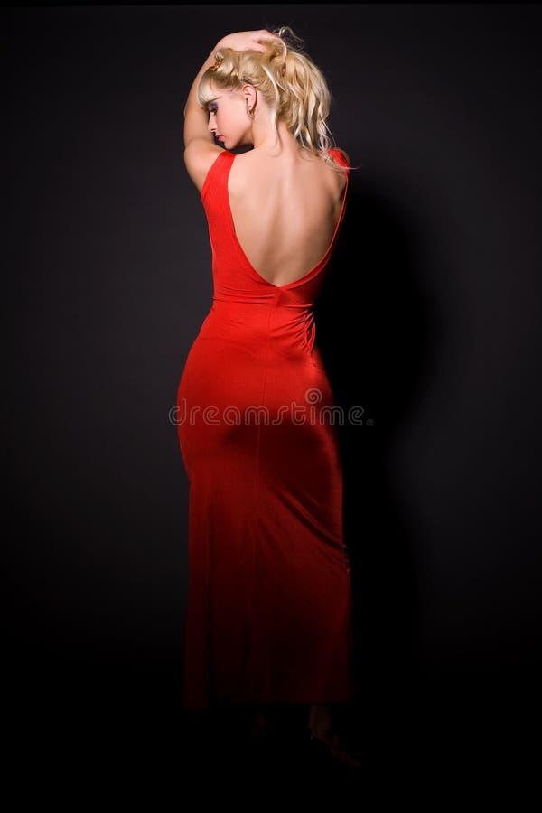 Schönes Mädchen im roten Kleid lizenzfreies stockbild
