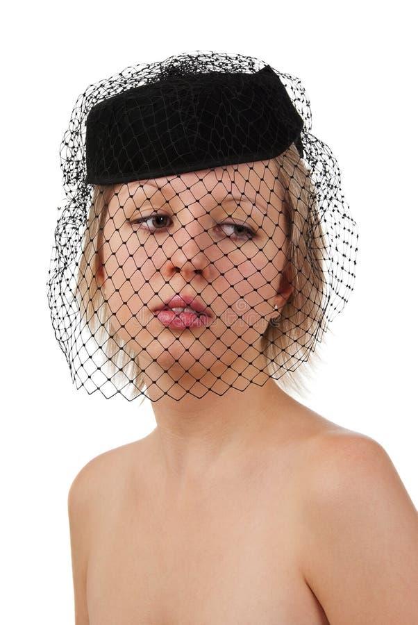 Schönes Mädchen im schwarzen Hut mit Schleier lizenzfreies stockfoto