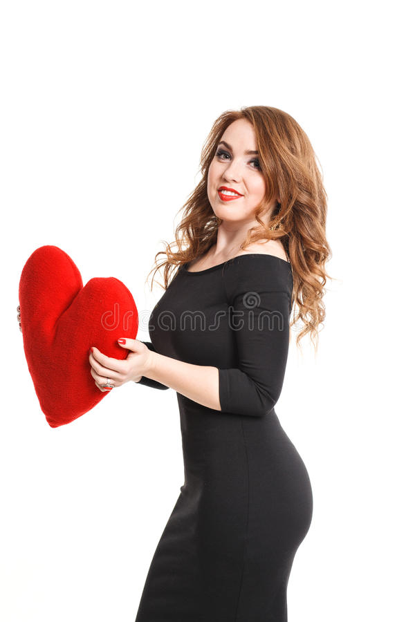 Schönes Mädchen im schwarzen Kleid mit Rot hören auf einem weißen Hintergrund lizenzfreie stockfotografie
