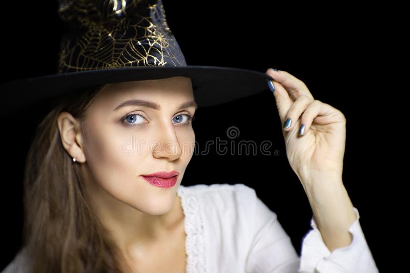 Schönes Mädchen im schwarzen Zaubererhut stockfotografie