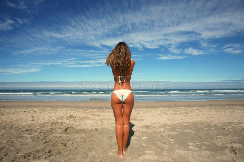 Schönes Mädchen im Strand stockfoto