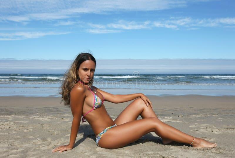 Schönes Mädchen im Strand stockbilder