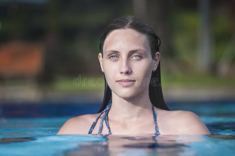 Schönes Mädchen im Swimmingpool stockfotos