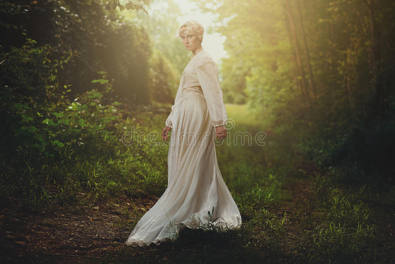 Schönes Mädchen im träumerischen Holz stockfoto