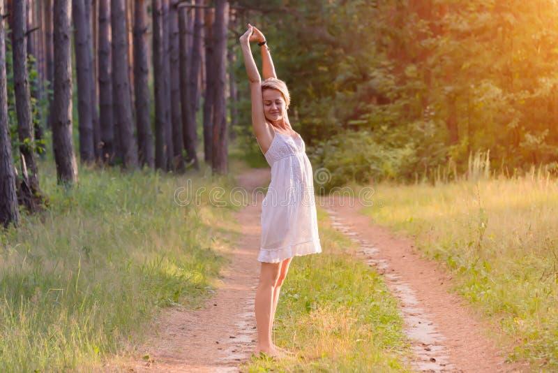 Schönes Mädchen im Wald stockfoto