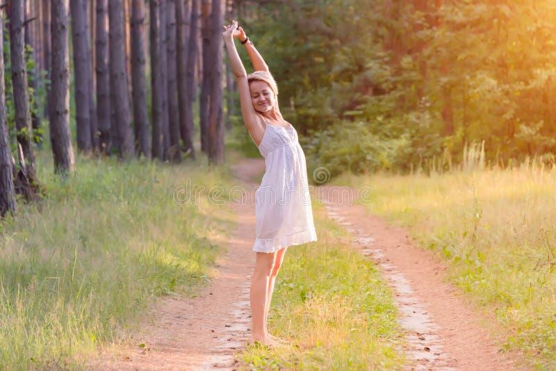 Schönes Mädchen im Wald lizenzfreie stockfotos