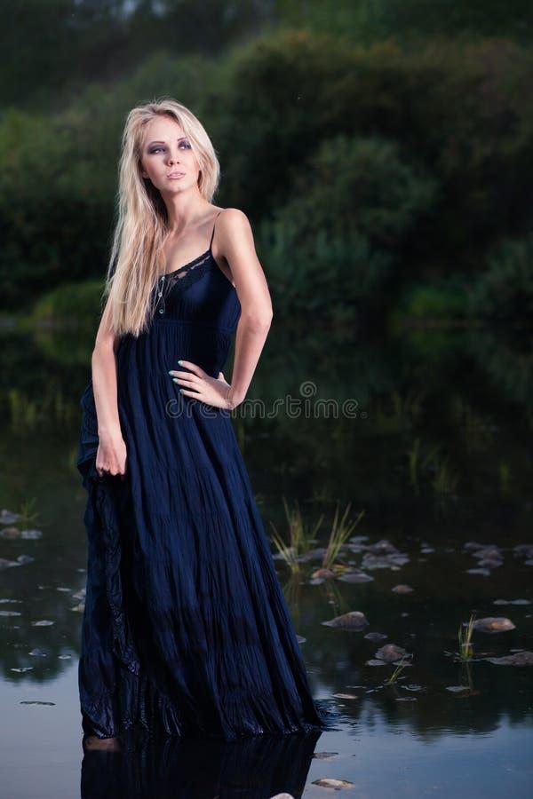 Schönes Mädchen im Wasser stockfoto