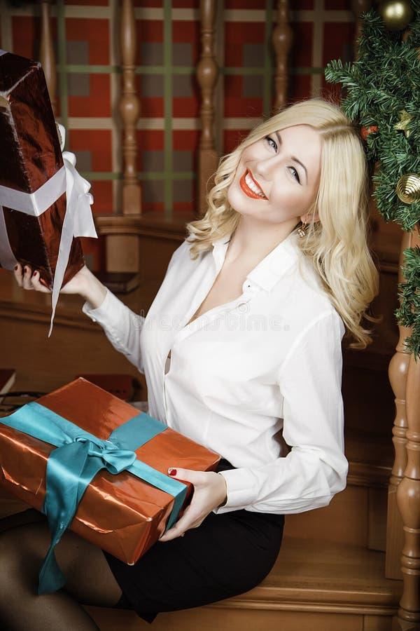 Schönes Mädchen im Weiß hält das Geschenk lizenzfreies stockfoto