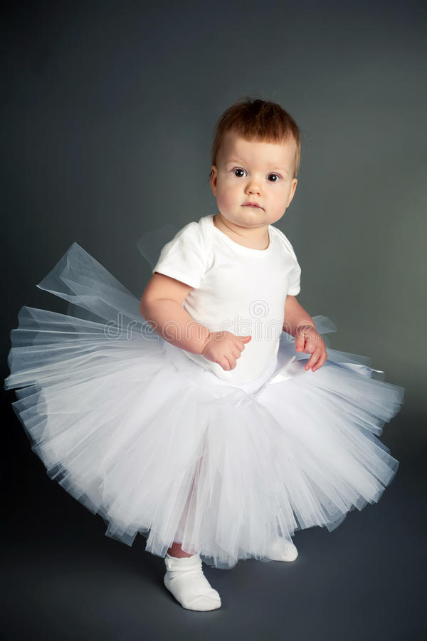 Schönes Mädchen im weißen Kleid stockfoto