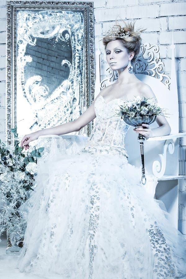 Schönes Mädchen Im Weißen Kleid Im Bild Der Schnee-Königin Mit Einer ...