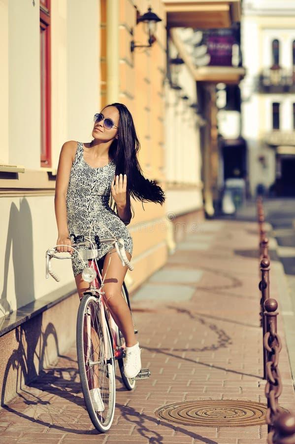 Schönes Mädchen ist in Mode Art mit Retro- Fahrrad stockfotos