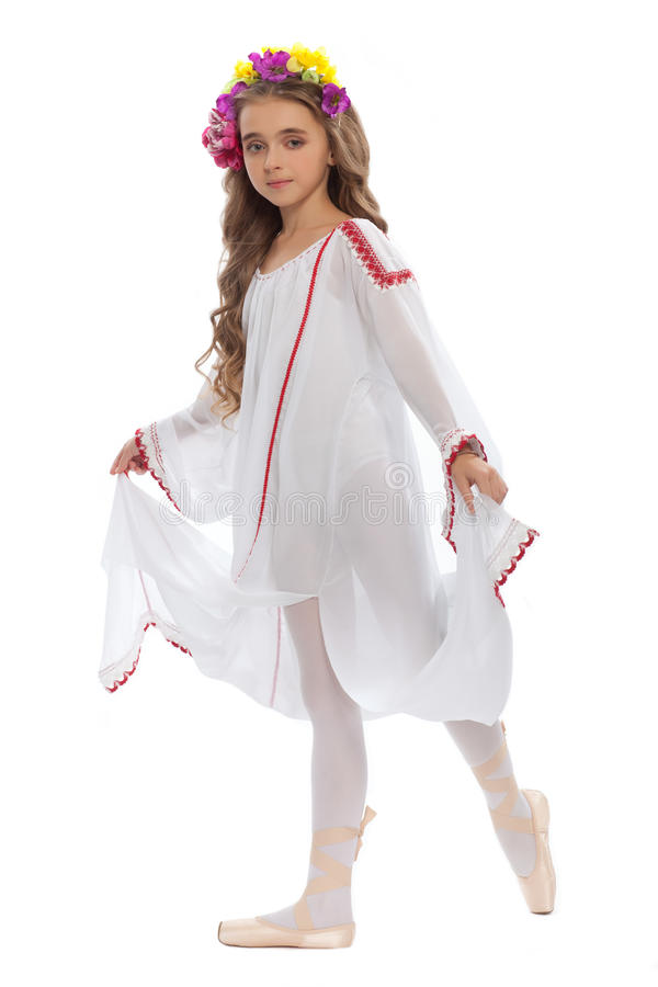 Schönes Mädchen jugendlich in der weißen Kleidung auf Pointe mit dem braunem Haar und Kranz von den Blumen lokalisiert auf weißem stockfotografie