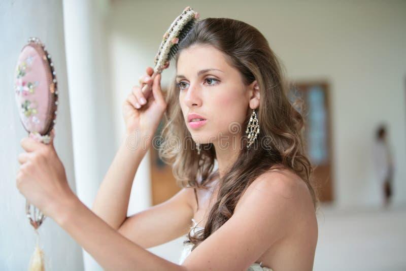 Schönes Mädchen kämmt Haare stockfoto