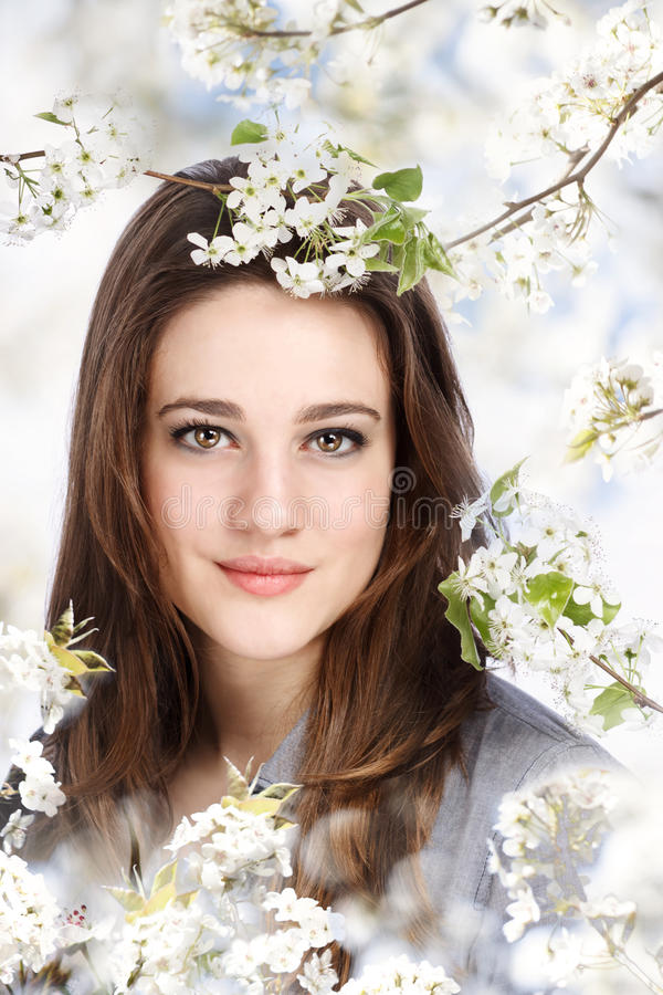 Schönes Mädchen mit blühendem Baum lizenzfreie stockbilder