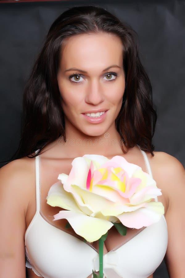 Schönes Mädchen mit Blume. stockbild