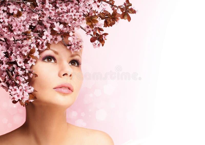 Schönes Mädchen mit Cherry Blossom lokalisierte auf Weiß schönheit stockfotografie
