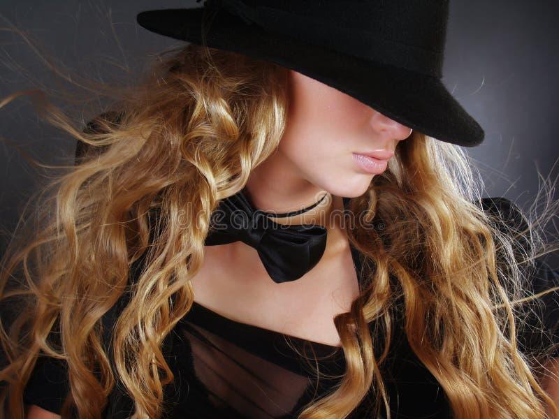 Schönes Mädchen mit dem langen lockigen Haar stockfoto