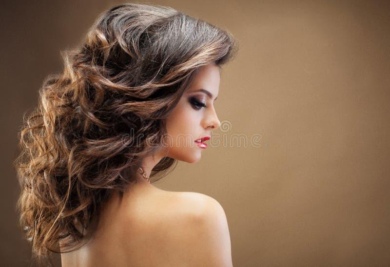 Schönes Mädchen mit dem langen wellenförmigen Haar Brunette mit gelocktem hairsty stockfotos