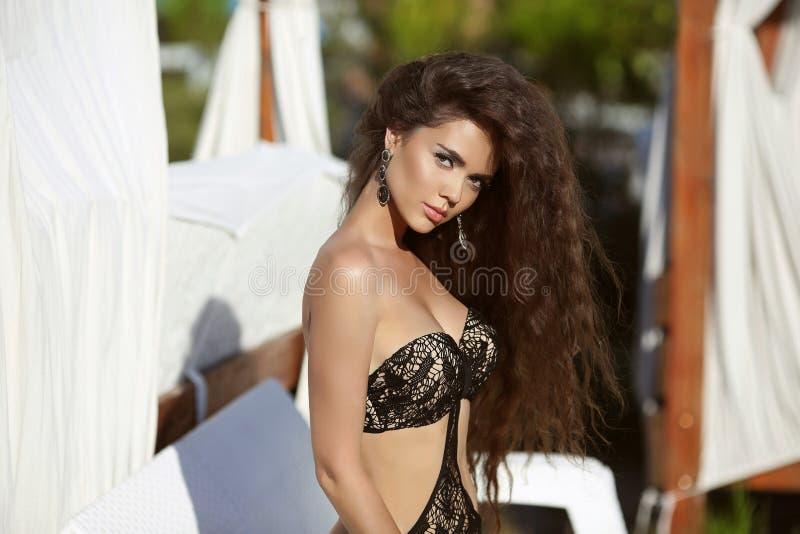 Schönes Mädchen mit dem langen wellenförmigen Haar Schönheitssommerporträt Brun lizenzfreies stockfoto
